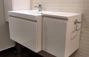 szafki-łazienkowe-białe-beżowe-lakierowane-pod-umywalką
