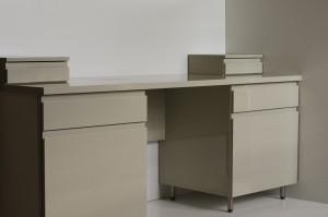 biurko-w-lakierze-bezowy-szuflady-drzwiczki
