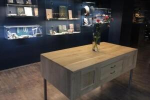 stół-dębowy-renowacja-design-dla-sklepu-jubilerskiego-biżuteria